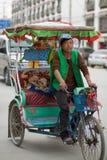 乘坐他的人力车的人在老城拉萨 免版税库存照片