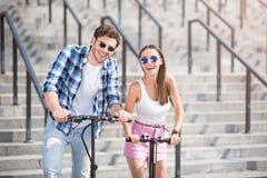 乘坐滑行车的快乐的朋友 免版税图库摄影