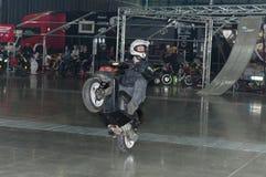 乘坐滑行车的替身演员在特技展示期间 免版税图库摄影