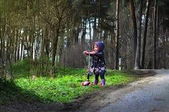 乘坐滑行车的桃红色的小女孩 免版税库存图片