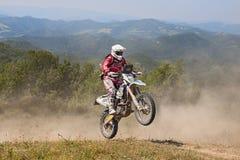 乘坐enduro摩托车Husqvarna FE 350的骑自行车的人 免版税图库摄影
