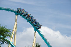 乘坐Kraken过山车- Seaworld,奥兰多的人们 免版税库存照片