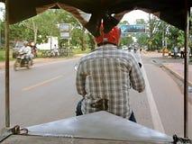 乘坐moto人力车的游人是多数普遍的运输在吴哥附近 免版税库存照片