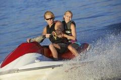乘坐PWC的年轻夫妇在湖 免版税库存照片