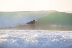 乘完善的波浪的身体冲浪者 免版税库存照片