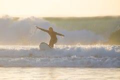 乘完善的波浪的身体冲浪者 库存照片