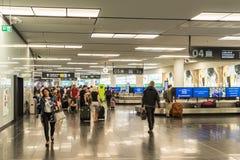 乘客人群维也纳国际机场的 库存图片
