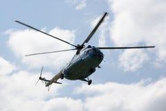 乘客俄国直升机MI-8在天空飞行 免版税库存图片