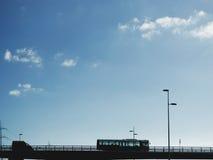 乘客公共汽车或游览教练在跨线桥 库存图片