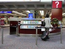 乘客关于信息柜台的士绅信息在Hon 免版税库存图片