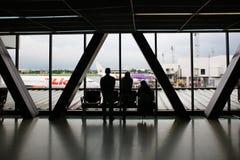 乘客剪影廊曼国际机场的 免版税库存照片