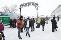 乘客区域出口的人们从平台的 远东的俄罗斯终端机场彼得罗巴甫洛斯克Kamchatsky市 免版税库存图片