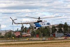 乘客和货运直升机MI-8T从机场离开 货物和乘客运输航空在寒带草原和 免版税库存照片