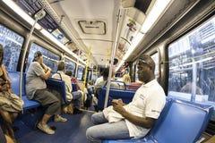 乘客在一辆街市地铁公共汽车上在迈阿密 免版税库存照片