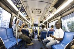 乘客在一辆街市地铁公共汽车上在迈阿密 库存照片