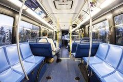 乘客在一辆街市地铁公共汽车上在迈阿密 免版税图库摄影