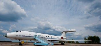 乘客飞机在机场 库存图片