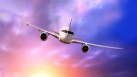 乘客在云彩的班机飞行 免版税库存照片