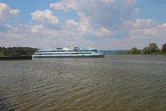 乘客在伏尔加河海湾的马达船 Bulgar,俄罗斯 库存图片