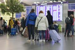 乘客在信息委员会附近的机场 蠢材 免版税库存图片