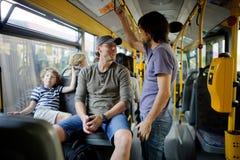 乘客在城市公共汽车上 库存图片