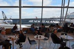 乘客在奥克兰国际机场 免版税库存照片