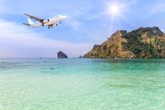 乘客在小海岛上的飞机着陆在蓝色海 库存照片