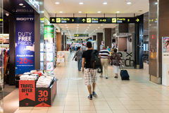 乘客在布加勒斯特亨利Coanda (奥托佩尼)国际机场 库存图片