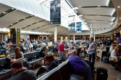 乘客在希思罗机场中在伦敦,英国 免版税库存图片
