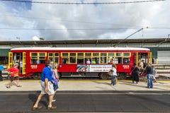 乘客在新奥尔良送进路面电车 免版税库存照片