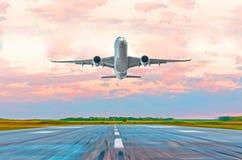 乘客在日落的飞机着陆在跑道 库存图片