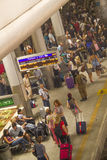 乘客在本古理安机场火车站,以色列 库存照片