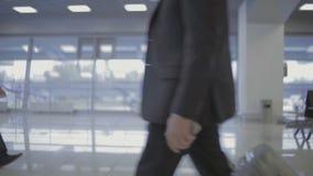 乘客在机场大厅里 股票视频