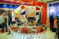 乘客在礼品店购物在机场Amsterda 库存图片