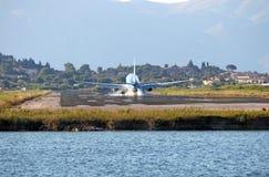 乘客在科孚岛机场的飞机着陆 库存图片