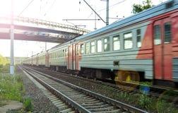 乘客在行动的市郊火车 俄国 图库摄影
