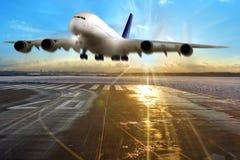 乘客在跑道的飞机着陆在机场。 免版税库存图片