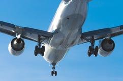 乘客在跑道的飞机着陆在机场天 库存图片