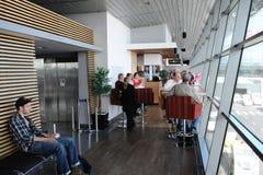 乘客在里加国际机场 图库摄影