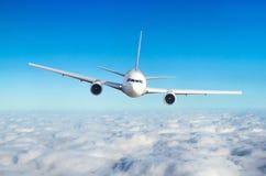 乘客在飞行水平面的飞机飞行高在云彩上的天空 看法直接地在前面,正确地 免版税库存图片