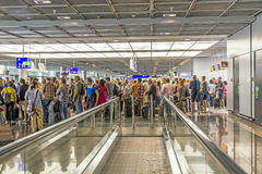 乘客在离开大厅里在法兰克福国际机场 免版税库存图片