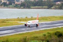 乘客对现用跑道的飞机着陆 免版税图库摄影