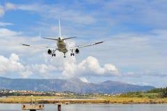 乘客对跑道的飞机着陆 免版税库存图片