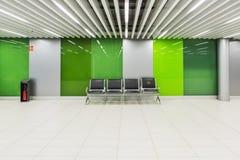 乘客座位在一个绿色玻璃大厅里 库存图片