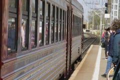乘客期待在驻地的平台的到达的火车 库存图片