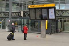 乘客检查信息板希思罗机场 免版税库存图片