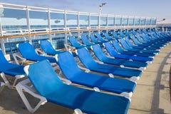 乘客游轮甲板和椅子摘要  库存照片