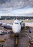 乘客班机在机场 免版税库存照片