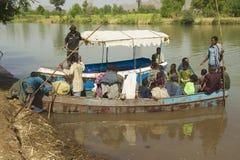 乘客由地方渡轮横渡蓝色尼罗河到在巴赫达尔,埃塞俄比亚 免版税图库摄影