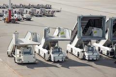 乘客的梯子停放在机场 库存照片